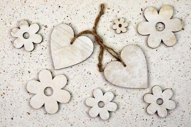 Prise de vue en grand angle d'ornements en forme de coeur avec des fleurs