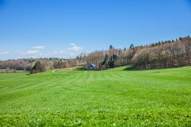 Prise de vue en grand angle d'un parcours de golf à otocec, slovénie sur une journée d'été ensoleillée