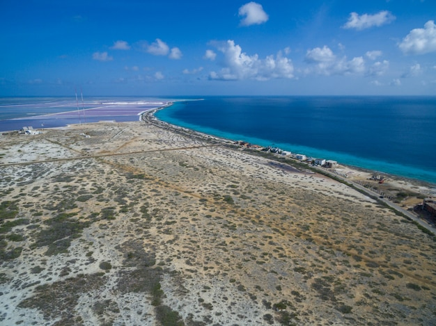 Prise de vue en grand angle d'une plage tropicale à bonaire, caraïbes