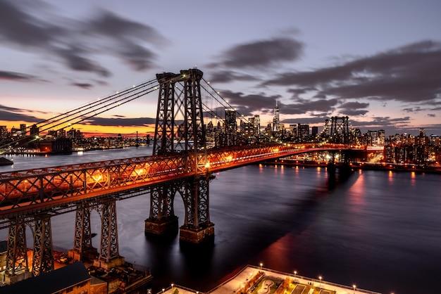Prise de vue en grand angle d'un pont suspendu lumineux la nuit