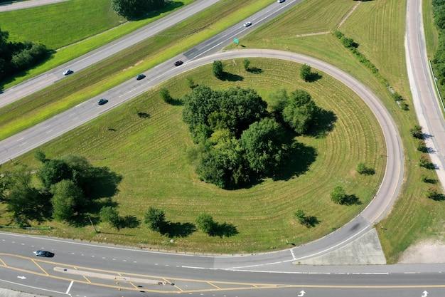 Prise de vue en grand angle d'une sortie avec des arbustes et de l'herbe verte