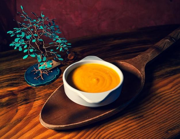 Prise de vue en grand angle d'une soupe à la crème