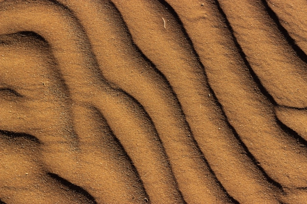 Prise de vue en grand angle de la texture de sable à motifs capturée en namibie