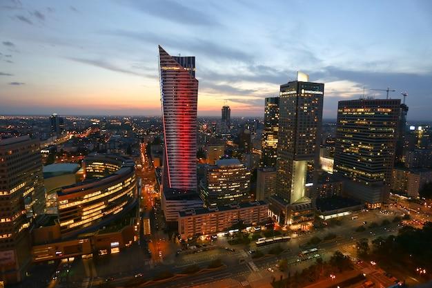Prise de vue en grand angle de varsovie en pologne pendant le coucher du soleil
