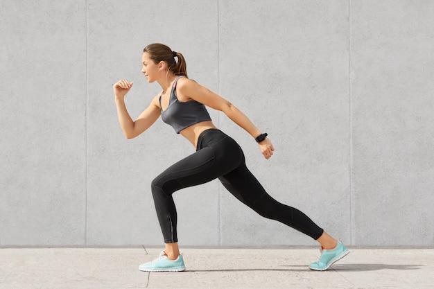 Prise de vue horizontale d'une femme flexible avec un corps sportif