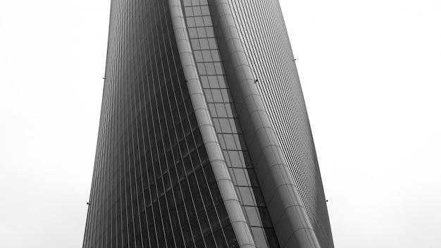 Prise de vue en niveaux de gris d'une belle structure architecturale brutaliste