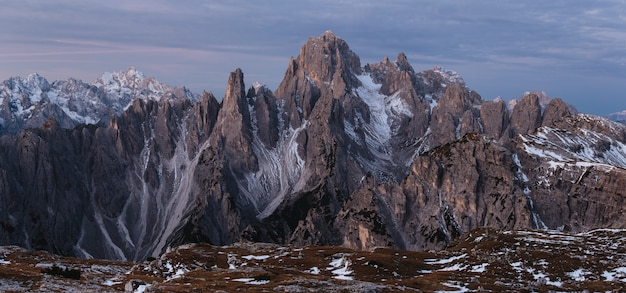 Prise de vue panoramique de la montagne cadini di misurina dans les alpes italiennes