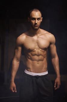 Prise de vue en studio d'un homme préparé pour une séance de gym
