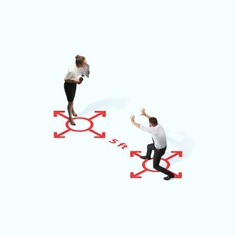 Prise de vue en studio de personnes démontrant une distanciation sociale avec des flèches indiquant la séparation