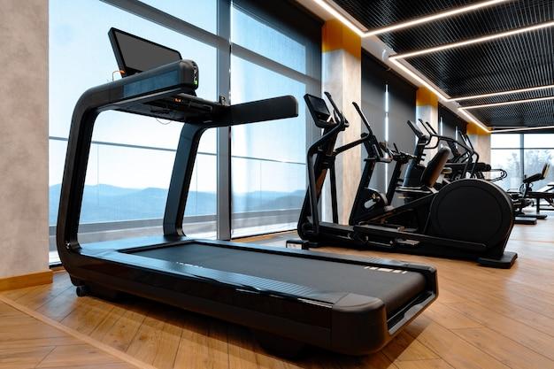 Prise de vue en studio d'un tapis roulant professionnel dans une salle de sport moderne
