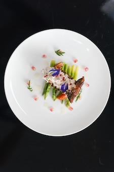 Prise de vue verticale aérienne d'un plat avec des légumes sur une plaque blanche