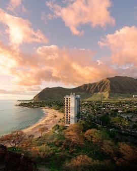 Prise de vue verticale d'un appartement au bord de la plage sous un beau ciel - idéal pour un arrière-plan