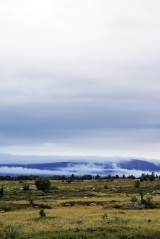 Prise de vue verticale d'un beau paysage entouré de hautes montagnes en norvège