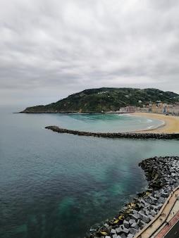 Prise de vue verticale d'un paysage parfait d'une plage tropicale à san sebastian, ville balnéaire, espagne