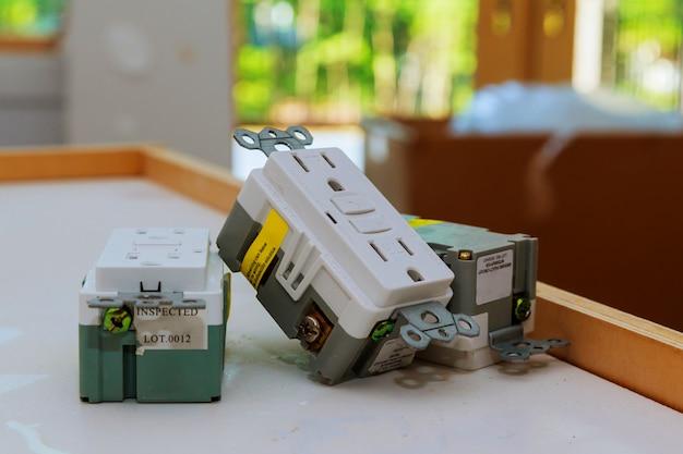Prises électriques et couvercles