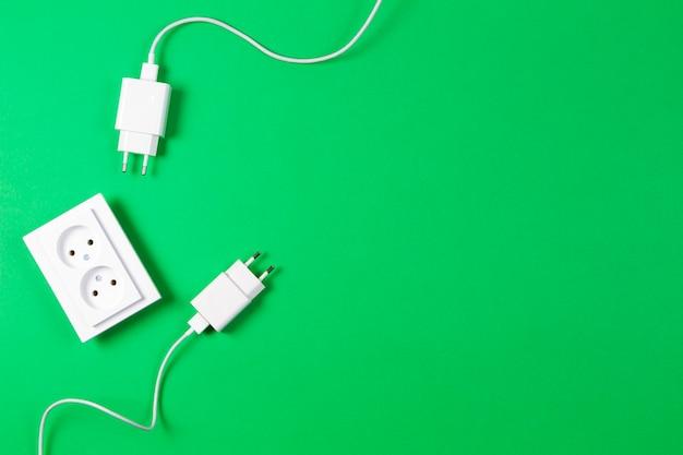 Prises électriques et fiche d'alimentation blanches. vue de dessus, espace copie