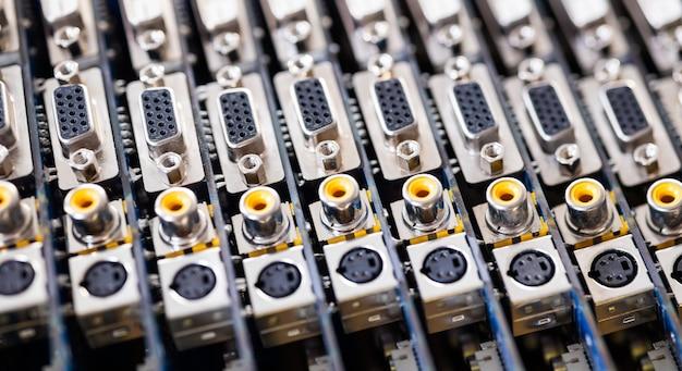 Prises métalliques floues en gros plan sur une carte vidéo d'ordinateur. concept pour la production de téléviseurs informatiques et de haut-parleurs
