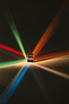 Prisme abstrait et lumières arc-en-ciel