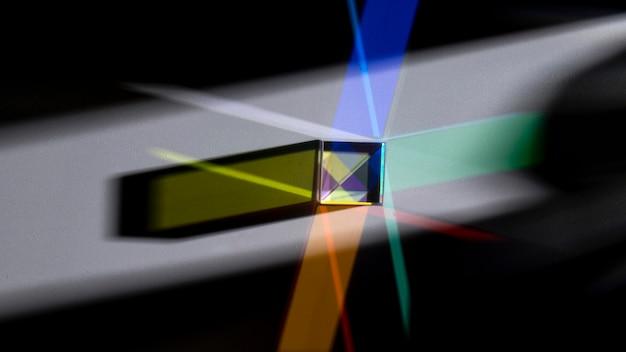 Prisme dispersant des lumières colorées