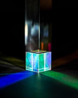 Prisme transparent cubique et lumières