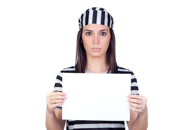 Prisonnier sérieux avec papier blanc isolé sur un fond blanc