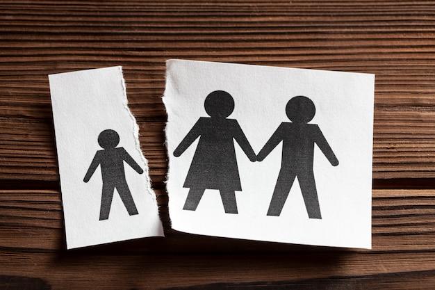 Privation des droits parentaux un morceau de papier avec les parents et un morceau de papier déchiré avec un enfant