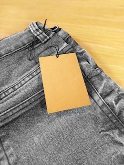 Prix de l'étiquette au dos du jean gris noir