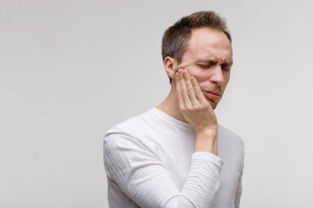 Problème de dents, homme souffrant de maux de dents