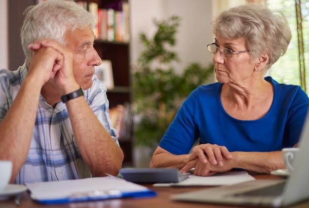 Problèmes financiers du couple de personnes âgées