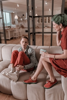 Problèmes financiers. jeune couple juste marié ayant une dispute concernant des problèmes financiers à la maison