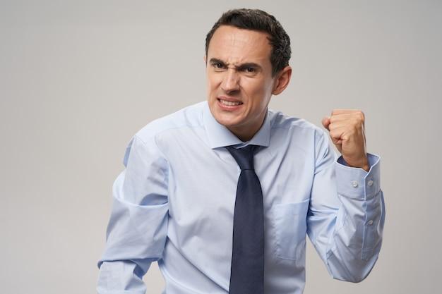 Problèmes d'homme d'affaires agressifs au travail