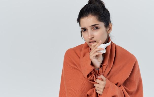Problèmes de santé belle femme plaid orange dans le modèle de serviette de fond clair. photo de haute qualité