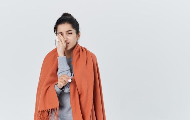 Problèmes de santé jeune femme avec une serviette qui coule de nez réaction allergique grippe. photo de haute qualité