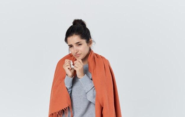 Problèmes de santé jeune femme avec une serviette qui coule de nez réaction allergique grippe