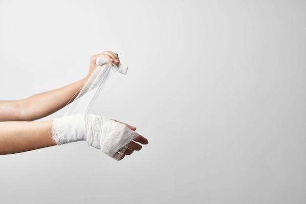 Problèmes de santé d'urgence de traitement de bandage de blessure de main
