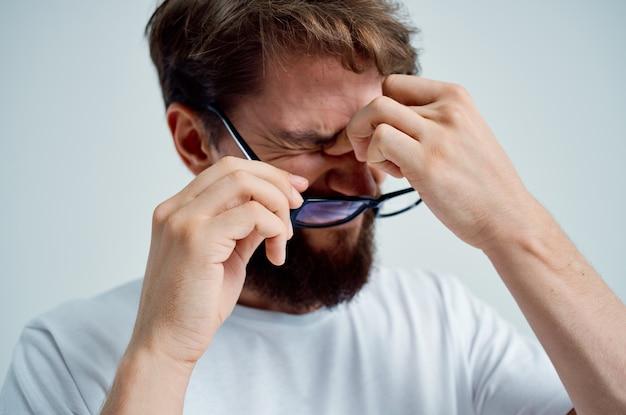 Problèmes de vision de l'homme malade sur fond clair de tshirt blanc