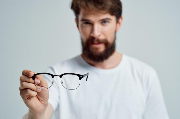 Problèmes de vision de l'homme malade en tshirt blanc fond isolé