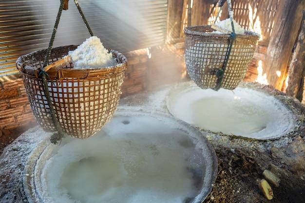 Procédé au sel gemme avec une méthode ancienne pour faire bouillir la saumure en sel.