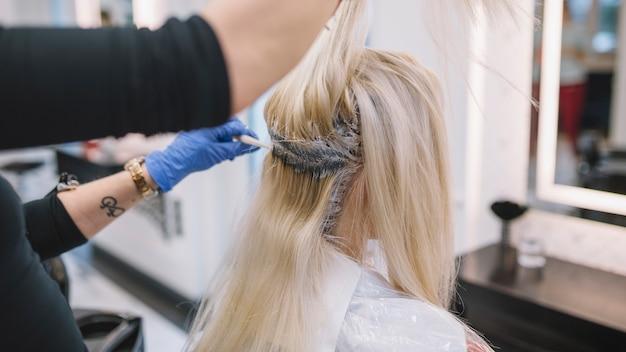 Procédé de teinture des cheveux dans un salon professionnel