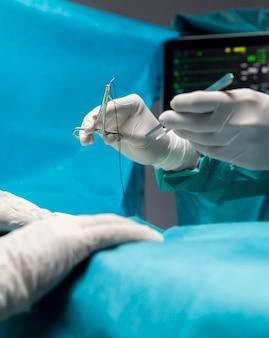 Procédure chirurgicale faite par le médecin