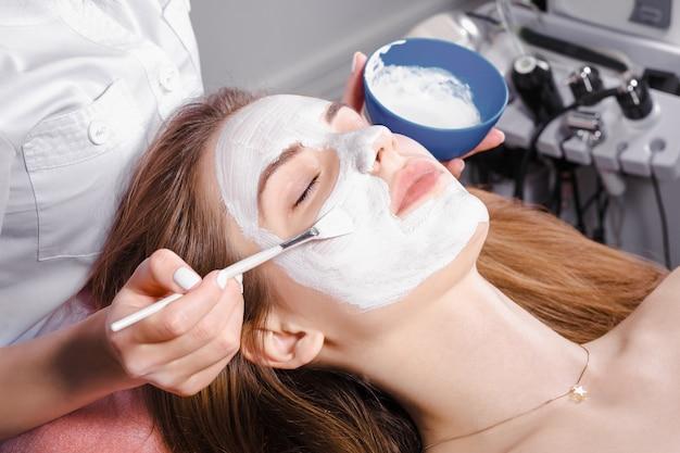 Procédure cosmétique au salon de beauté