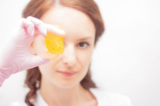 Procédure cosmétique d'épilation au sucre