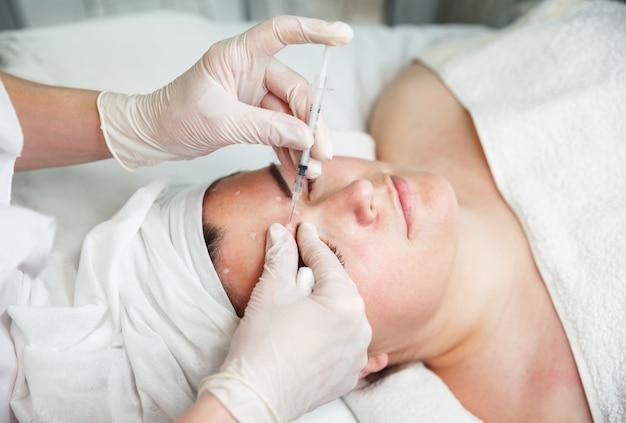 Procédure cosmétique pour la correction des pommettes avec des injections de botox