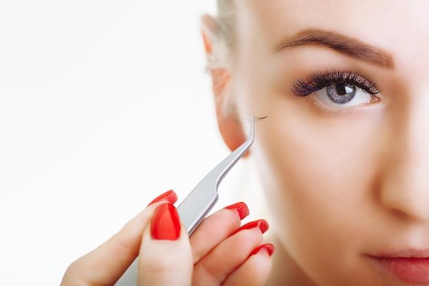 Procédure d'extension de cils. œil de femme aux longs cils
