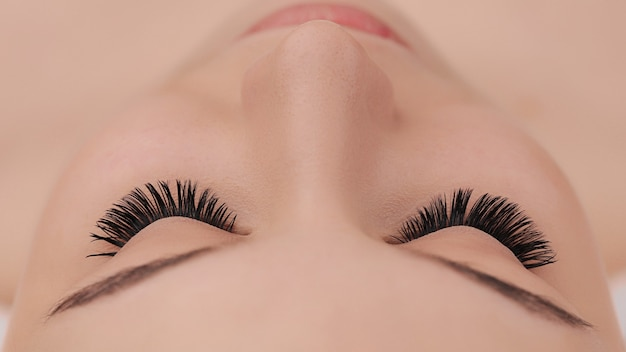 Procédure d'extension des cils se bouchent. faux cils. concept de maquillage et de beauté.