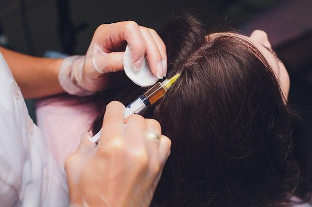 Procédure d'injection de plasma riche en plaquettes. stimulation de la croissance des cheveux. processus de thérapie prp.