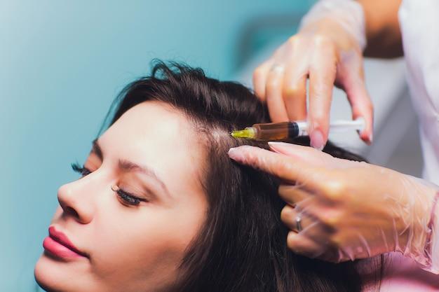 Procédure d'injection de plasma riche en plaquettes. stimulation de la croissance des cheveux.