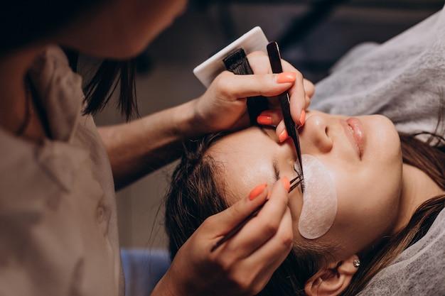 Procédure de kératine de cils d'oeil dans un salon