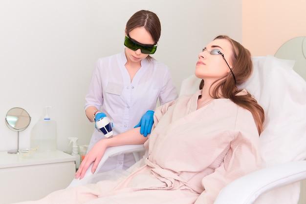 Procédure laser dans la clinique de cosmétologie laser.
