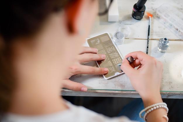 Procédure de manucure avec motif et vernis à ongles d'argent